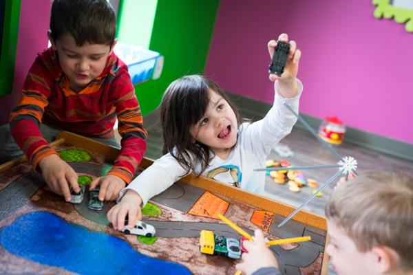Enfants jouant avec des voitures